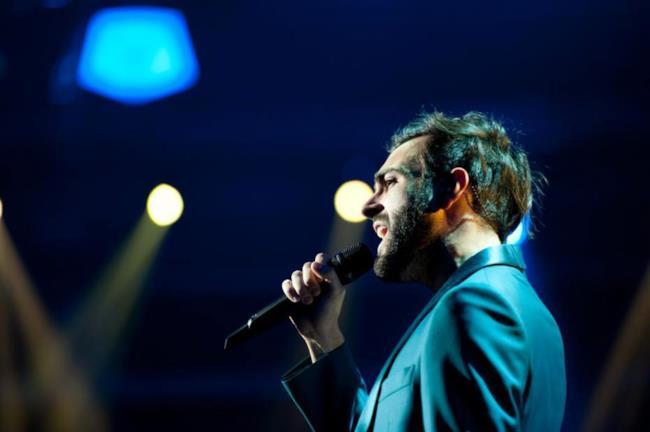 Marco Mengoni che canta ad un suo concerto nel 2013