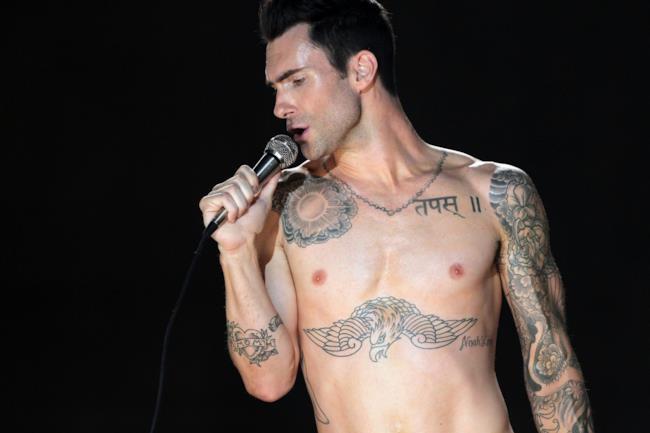 Adam Levine sul palco a petto nudo