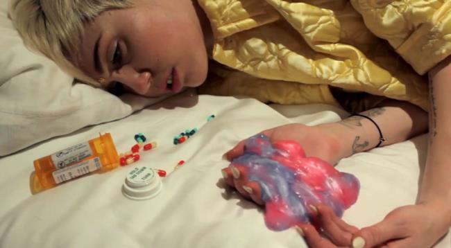 Miley Cyrus in una scena del video dei Flaming Lips
