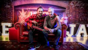 Cesare Cremonini e Linus insieme sul divano per la foto di Natale 2015