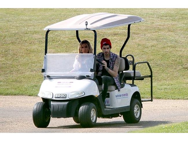 Zayn Malik e Perrie Edwards su un golf cart