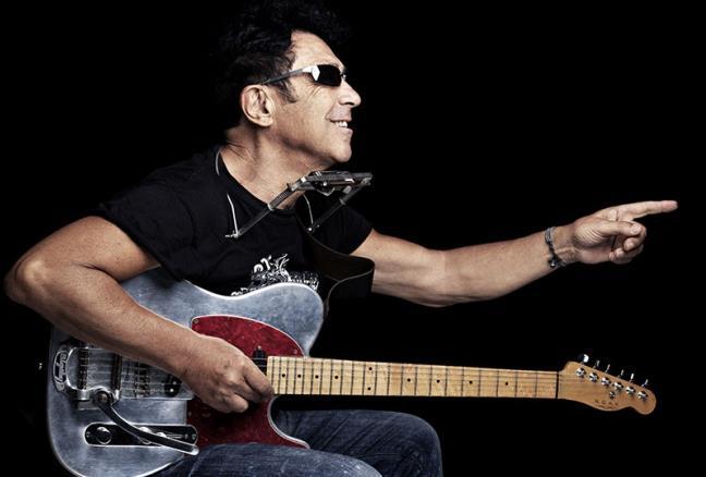 Edoardo Bennato alla chitarra