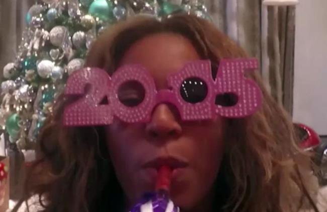 Beyoncé festeggia il Capodanno con occhiali a forma di 2015