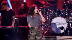La cantante Alessia Cara al Saturday Night Live