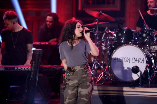 La cantante Alessia Cara al Saturday Night Live