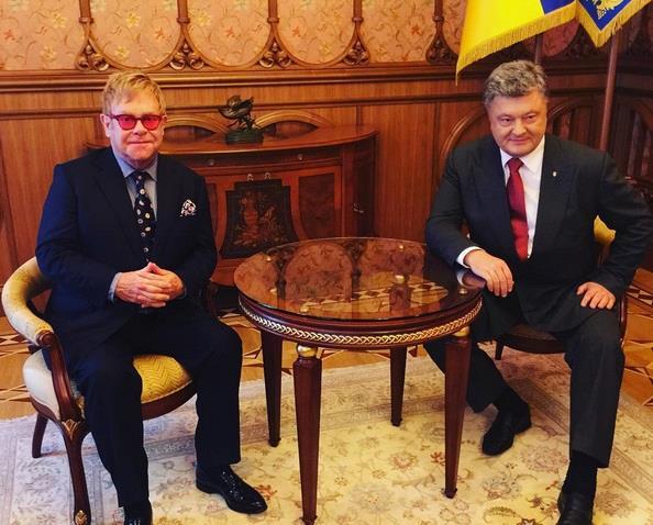 Elton John ha incontrato il presidente ucraino