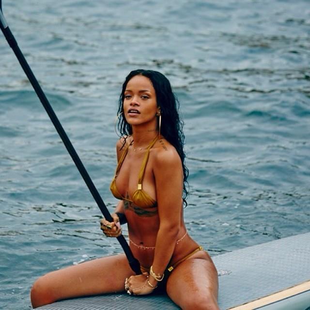 Rihanna con un remo sulla tavola da surf