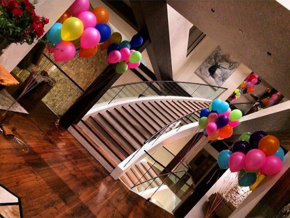 Interno della casa di Rihanna addobbato con palloncini colorati