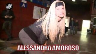 Alessandra Amoroso con parrucca bionda e sguardo pazzo