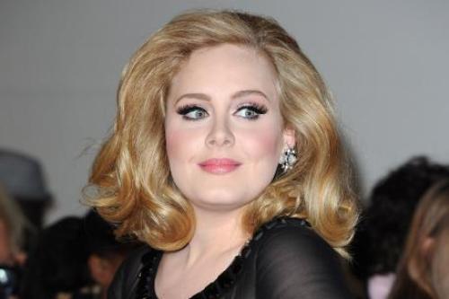 Adele con capelli biondi