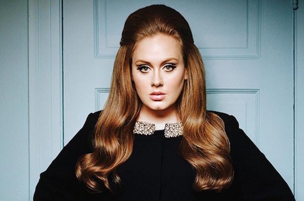 Adele a 25 anni con i capelli lunghi