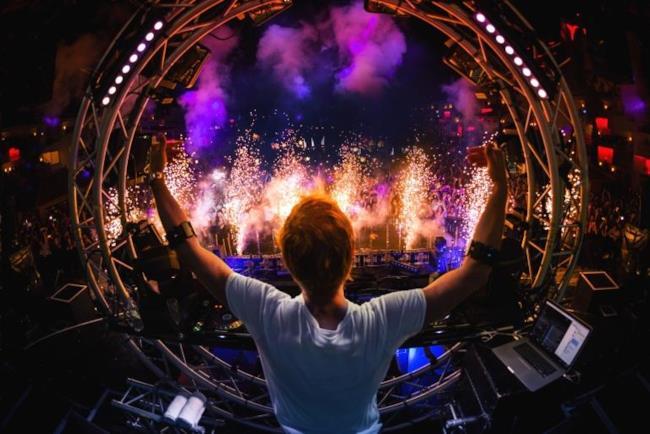 Armin Van Buuren con Myo, il nuovo braccialetto tecnologico pensato per i DJ