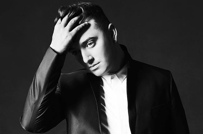 Sam Smith in bianco e nero con la mano nei capelli