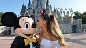 Ariana Grande bacia Mickey Mouse