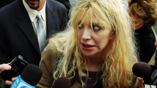Courtney Love intervistata dai giornalisti