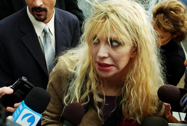 Courtney Love intervistata dai giornalisti