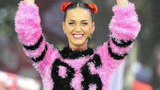 Katy Perry ride con maglia rosa-nero numero 86
