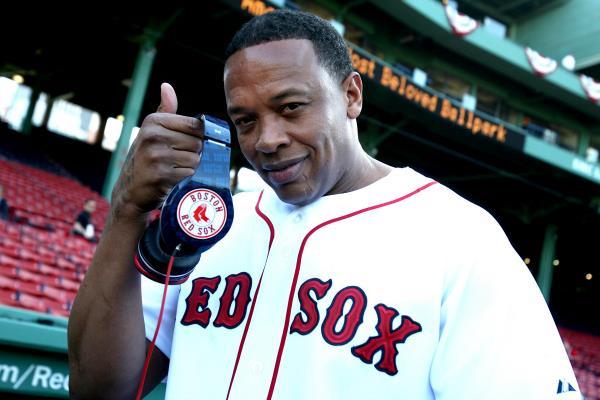 Dr Dre con la maglia e le cuffie dei Red Sox
