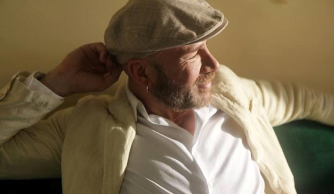 Mario Venuti con barba, orecchino e coppola siciliana