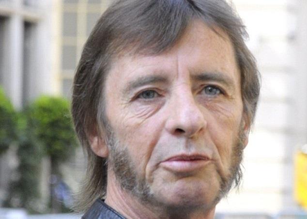 Phil Rudd 60enne con basettoni