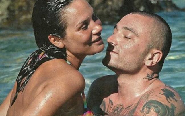 Gue Pequeno e Nicole Minetti foto al mare