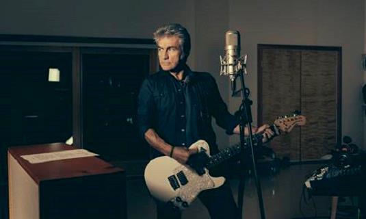 Ligabue in studio con la chitarra
