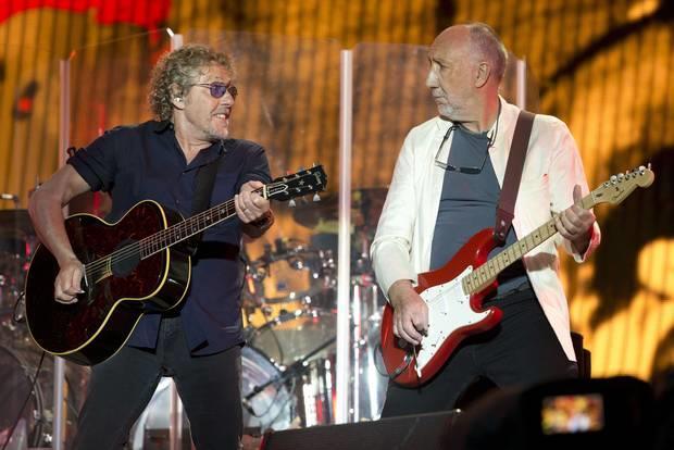 Roger Daltrey e Pete Townshend suonano la chitarra a Glastonbury 2015