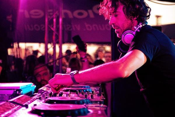 Il DJ Benny Benassi ha collaborato i migliori artisti internazionali come Madonna e John Legend