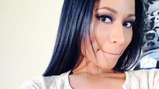 Nicki Minaj primo piano bocca chiusa e capelli neri
