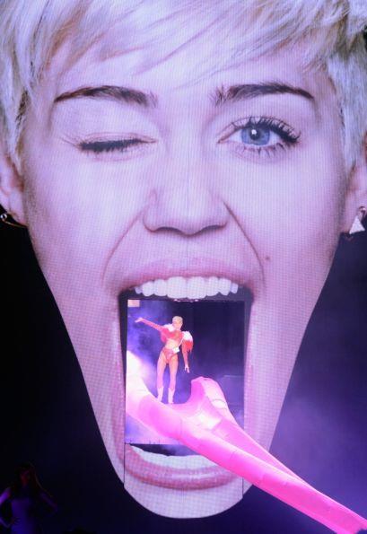 La Cyrus inaugura il suo show con una bella scivolata