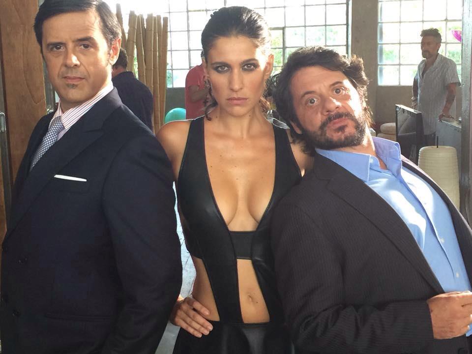 Giulia Bevilacqua con Lillo & Greg sul set del film Natale col boss