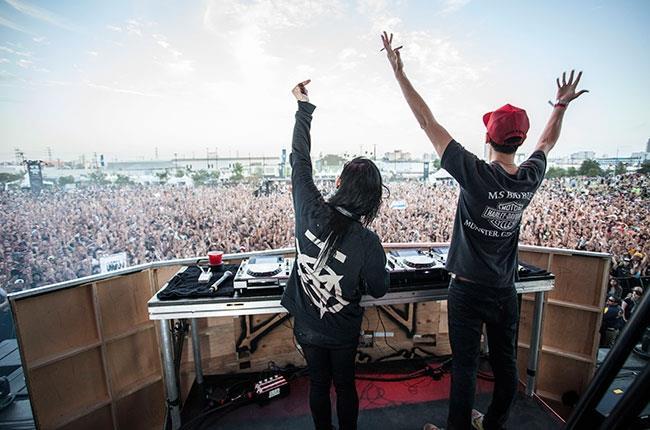 Skrillex e Boys Noize durante uno dei live di Dog Blood