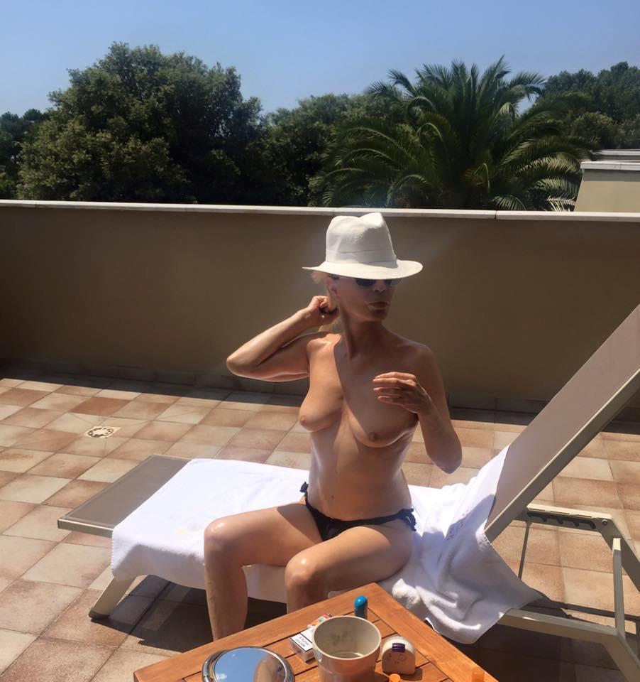 Patty Pravo col seno da fuori pubblica foto in topless su Facebook