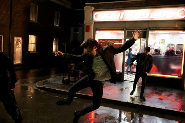 Harry Styles salta come Tony Manero