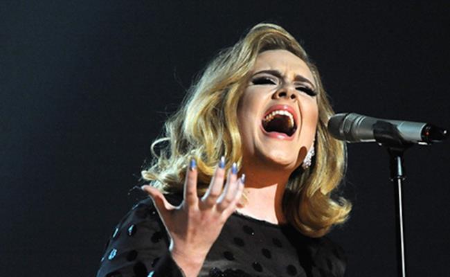 Adele dal vivo in uno dei suoi recenti show