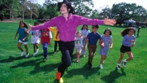 Michael Jackson gioca con bambini a Neverland