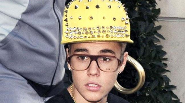 Justin Bieber con occhiali e cappellino giallo