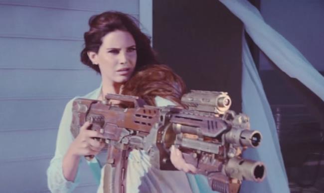 Lana Del Rey nel video ufficiale di High By The Beach