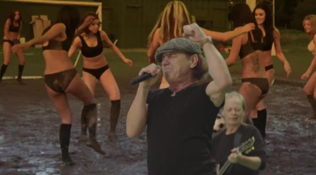 Brian Johnson degli AC/DC con il pugno alzato