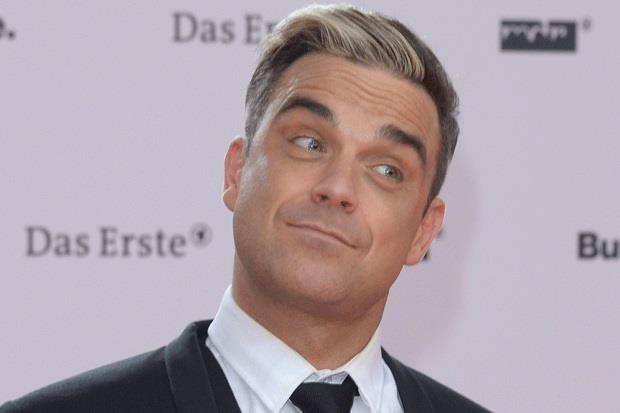 Robbie Williams con lo sguardo interrogatorio