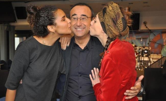 Le nuove proposte Amara e Chanty baciano Carlo Conti