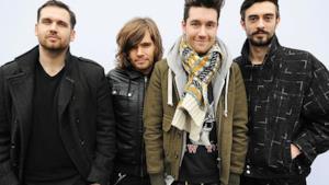 Il cantante Dan Smith con gli altri membri di Bastille