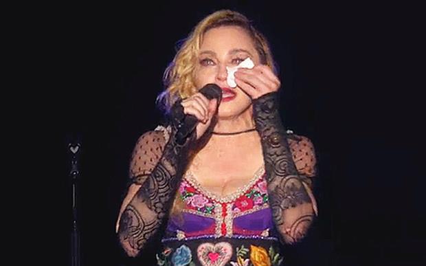 Madonna piange per gli attentati a Parigi