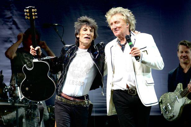 Ronnie Wood e Rod Stewart sul palco alla reunion dei Faces