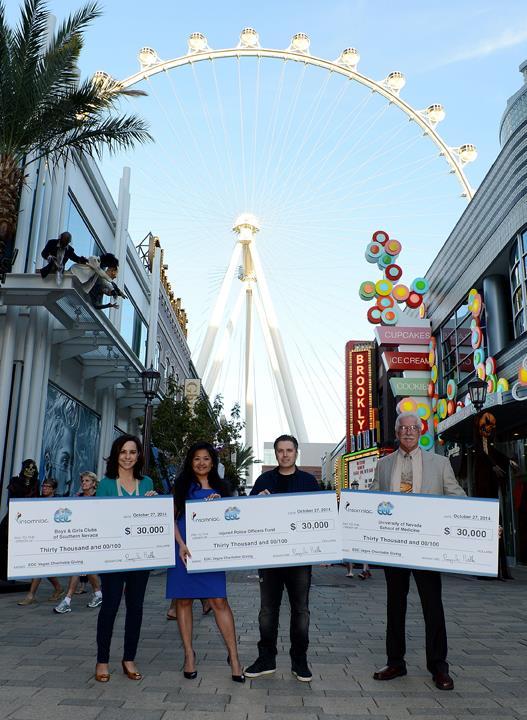 Pasquale Rotella, CEO di Insomniac Events, consegna insieme ai collaboratori gli assegni alle associazioni di Las Vegas
