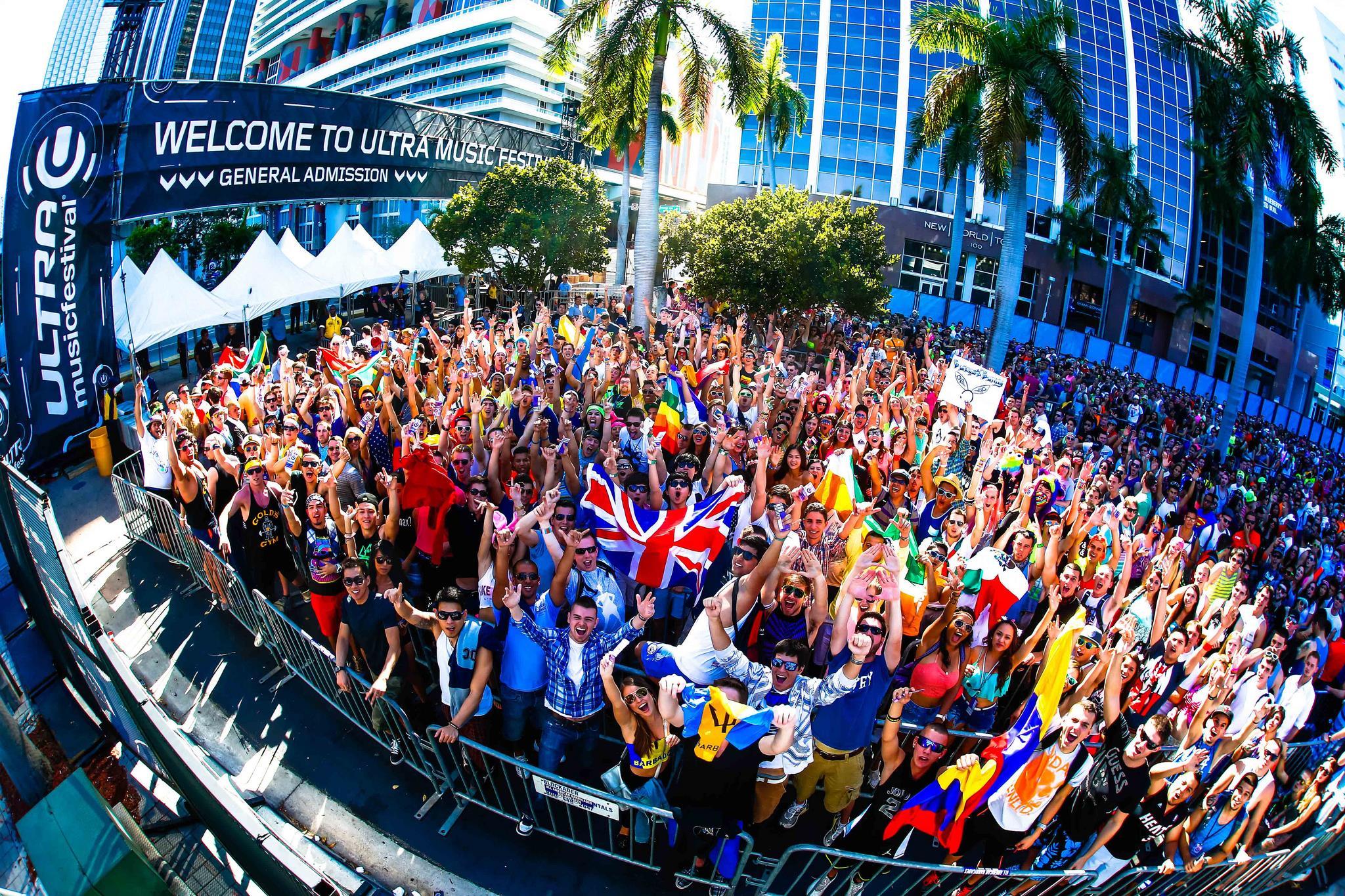 La coda all'ingresso dell'Ultra Music Festival prima dell'apertura dei cancelli