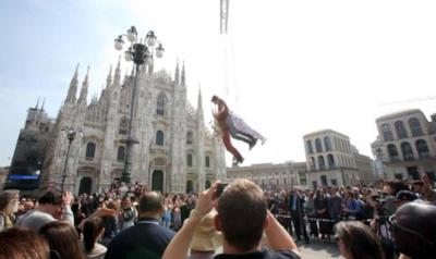 Il pubblico fotografa i Sonohra davanti al Duomo di Milano