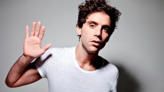 Mika con maglietta bianca per i diritti dei gay