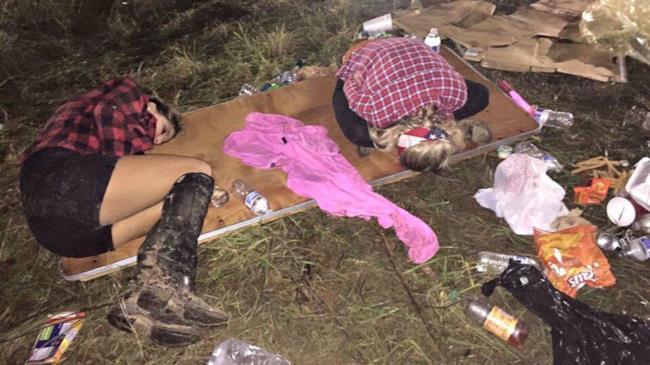 Due ragazze dormono nel fango fuori da TomorrowWorld