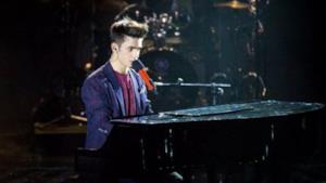 Luca canta sul palco di X Factor Italia
